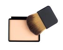Beige kompaktes kosmetisches Puder und Pinsel Lizenzfreie Stockfotografie