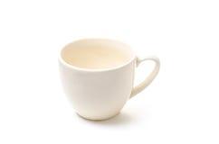 Beige kop van koffie of thee op een witte achtergrond Royalty-vrije Stock Afbeeldingen