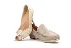 Beige kvinnlig sko och beigea mäns sko Arkivfoton