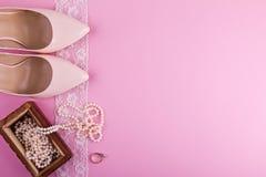Beige Lederschuhe mit hohem Absatz und Zubehör auf rosa Hintergrund Platz für Ihren Text Hochzeit, Verpflichtung sie Stockfoto
