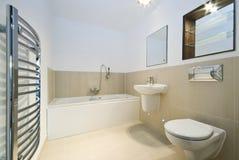 beige moderna belade med tegel väggar för badrum Arkivbilder