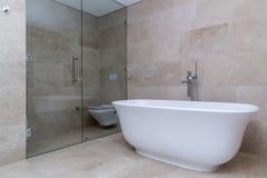 Beige moderno del cuarto de baño fotos de archivo