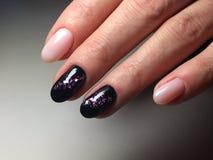 beige och svart färg för modemanikyr med ny year& x27; s arkivfoto