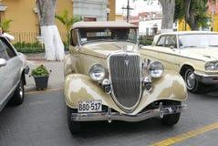 Beige offener Tourenwagen 1932 Fords V8 in Barranco, Lima stockfotografie