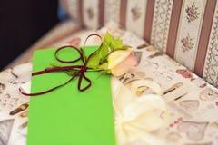 Beige Rose Laying On Green Envelope. Lizenzfreie Stockbilder