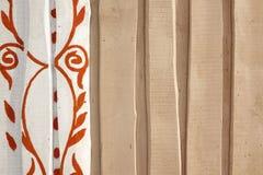 Beige Ruwe Rustieke Schuur Houten Muur met Abstract Bloemenpatroon Royalty-vrije Stock Foto's