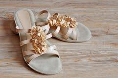 Häl för beige sandals för damtoalett låga arkivbilder