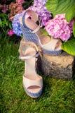 Beige sandals met blauwe zolen liggen royalty-vrije stock foto