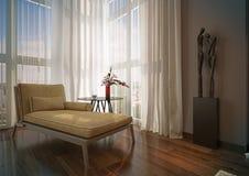 Beige schäslong i ett soligt rum. Arkivfoto