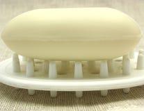 Beige Seife auf einem Seifenteller Stockfotos