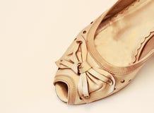 Beige sko med pilbågen Royaltyfria Foton