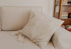Beige Sofa mit Kissen im Wohnzimmer lizenzfreie stockbilder