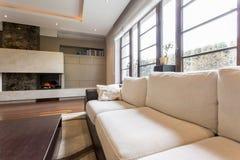 Beige soffa i vardagsrum arkivbilder