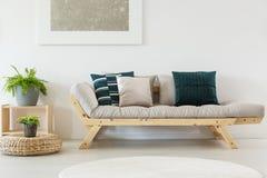 Beige soffa med blåa kuddar royaltyfria bilder