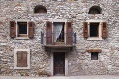 Beige Steinwand mit vielen Fenstern Lizenzfreies Stockbild