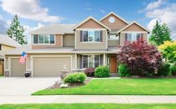Beige stort lyxigt hus med sommarliggande. Fotografering för Bildbyråer