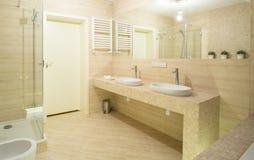 Handfat Toalett : Keramisk handfat i beige toalett arkivfoto bild