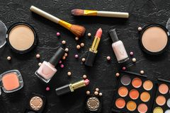 Beige und Akt tont Kosmetik für natürliches Make-up auf Draufsicht des schwarzen Hintergrundes Lizenzfreies Stockfoto