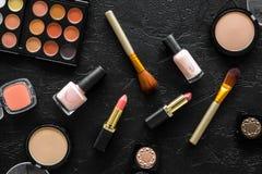 Beige und Akt tont Kosmetik für natürliches Make-up auf Draufsicht des schwarzen Hintergrundes Stockbilder