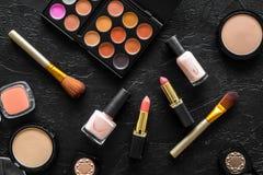 Beige und Akt tont Kosmetik für natürliches Make-up auf Draufsicht des schwarzen Hintergrundes Stockfoto