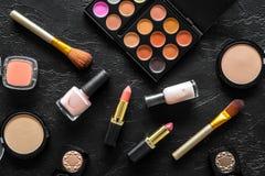 Beige und Akt tont Kosmetik für natürliches Make-up auf Draufsicht des schwarzen Hintergrundes Stockfotografie