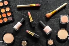 Beige und Akt tont Kosmetik für natürliches Make-up auf Draufsicht des schwarzen Hintergrundes Lizenzfreies Stockbild