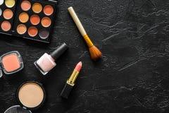 Beige und Akt tont Kosmetik für natürliches Make-up auf schwarzem copyspace Draufsicht des Hintergrundes Lizenzfreies Stockfoto