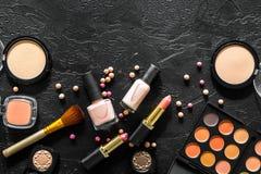 Beige und Akt tont Kosmetik für natürliches Make-up auf schwarzem copyspace Draufsicht des Hintergrundes Stockfotografie