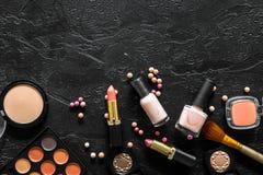 Beige und Akt tont Kosmetik für natürliches Make-up auf schwarzem copyspace Draufsicht des Hintergrundes Lizenzfreies Stockbild