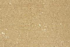 beige v?gg f?r bakgrundstextur av murbruk med sm? f?rgrika naturliga stenar arkivbild