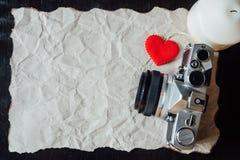 Beige verfrommeld document met hart, kaars en uitstekende camera voor v Royalty-vrije Stock Foto's