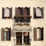 Beige vergipste Fassade Stockfotos