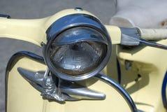 Beige vespa hoofdlicht Stock Foto