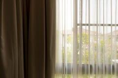 Beige Vorhang am Fenster im Bettempfangszimmer Lizenzfreie Stockfotos