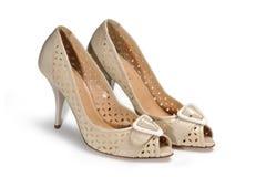Beige weibliche Schuhe auf einem weißen Hintergrund Stockbild
