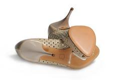 Beige weibliche Schuhe mit Sohlen auf der Oberfläche Lizenzfreie Stockfotografie