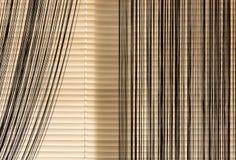 Beige zonneblinden en gordijnenkabel stock afbeelding