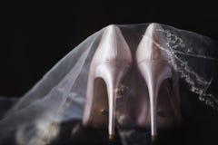 Beigea brud- skor skylas Royaltyfri Bild