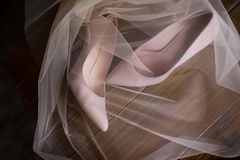 Beigea brud- skor skylas bröllop Royaltyfria Foton