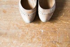 Beigea läderskor med ortopediska innersulor spelrum med lampa Royaltyfria Foton