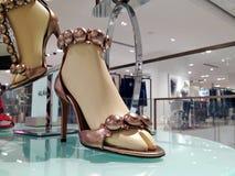 Beigea sandaler för Azzedine Alaia sömnader som dekoreras med dubbar Royaltyfri Fotografi