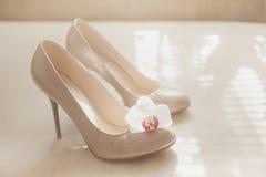Beigea skor för patenterat läder för bröllop Arkivfoton