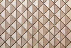 Beigea tegelplattor v?gg eller golv med ljus blom- garnering Upprepa grafisk design, plan yttersida, geometrisk bakgrund arkivbild