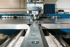 Beigeordnete Maschine der lochenden Presse mit Metallplatte stockbild