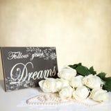 BeigeTexture bakgrund - vita rosor - pärlor - Wood tecken Royaltyfria Foton