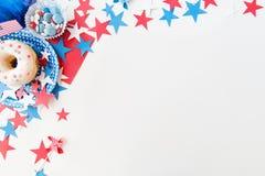 Beignet avec des sucreries et des étoiles le Jour de la Déclaration d'Indépendance Photos libres de droits