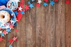 Beignet avec des sucreries et des étoiles le Jour de la Déclaration d'Indépendance Image libre de droits