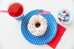 Beignet avec du jus et des sucreries le Jour de la Déclaration d'Indépendance Photos libres de droits