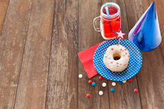 Beignet avec du jus et des sucreries le Jour de la Déclaration d'Indépendance Photos stock