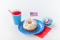 Beignet avec du jus et des sucreries le Jour de la Déclaration d'Indépendance Photographie stock libre de droits